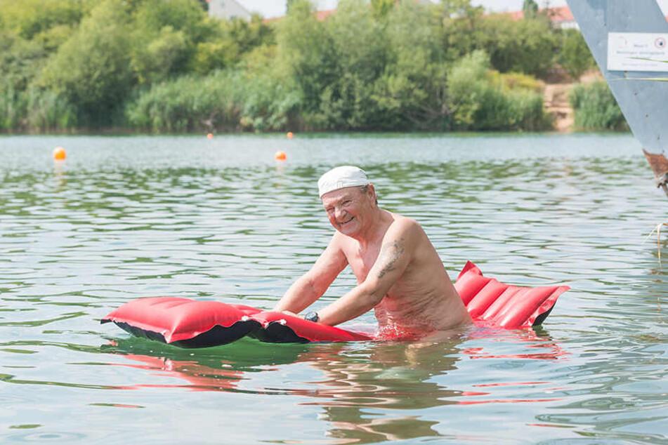 Rainer (74) badet oft hier. Er hat keine Angst.