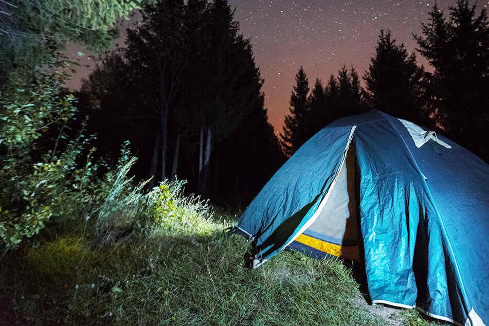 In einem Zelt verging sich der 42-Jährige an seiner Tochter. (Symbolbild)