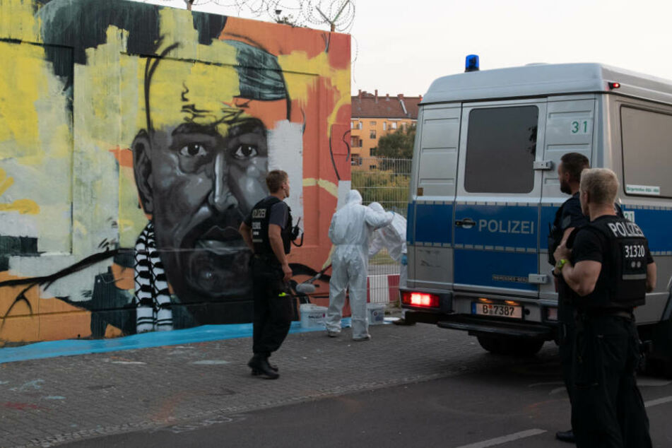 Handwerker übermalen das Wandbild des ermordeten Intensivtäters Nidal R. am Tempelhofer Feld.