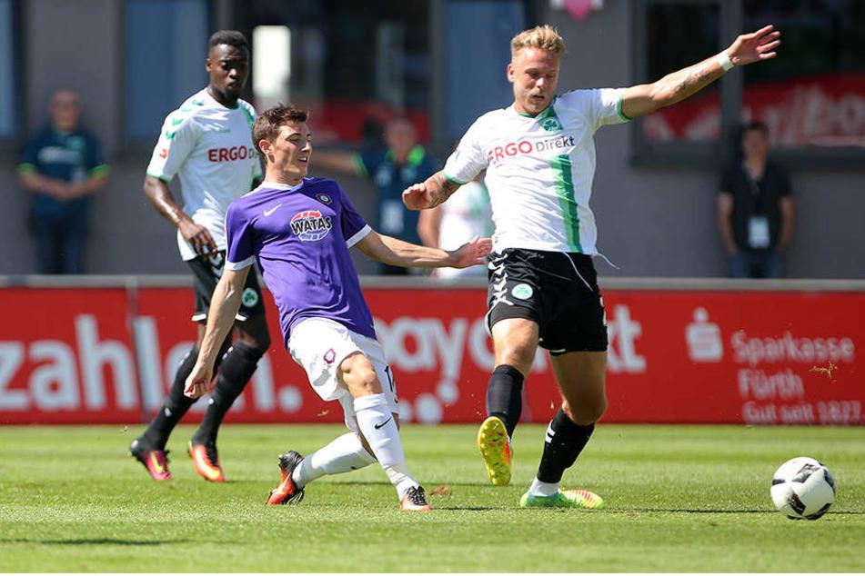 Dribbeln als Leidenschaft: Mario Kvesic gegen den Fürther Marcel Franke (der  in der Nachspielzeit die Auer Niederlage besiegelte).