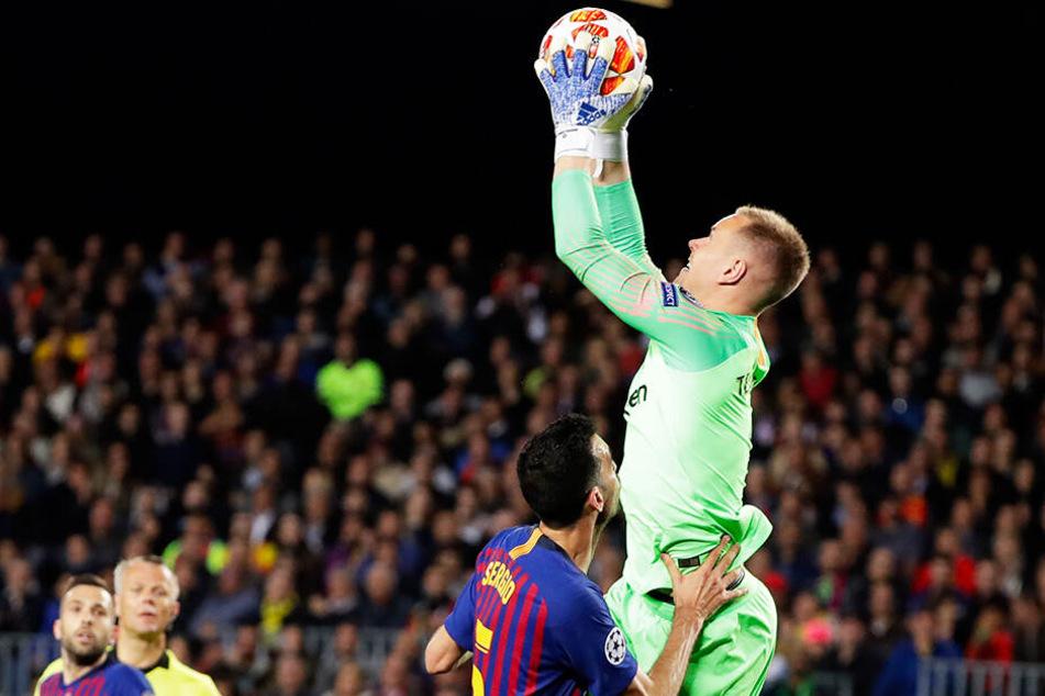 Marc-André ter Stegen (l.) sicherte Barcelona mit mehreren Paraden die zwischendurch knappe Führung.