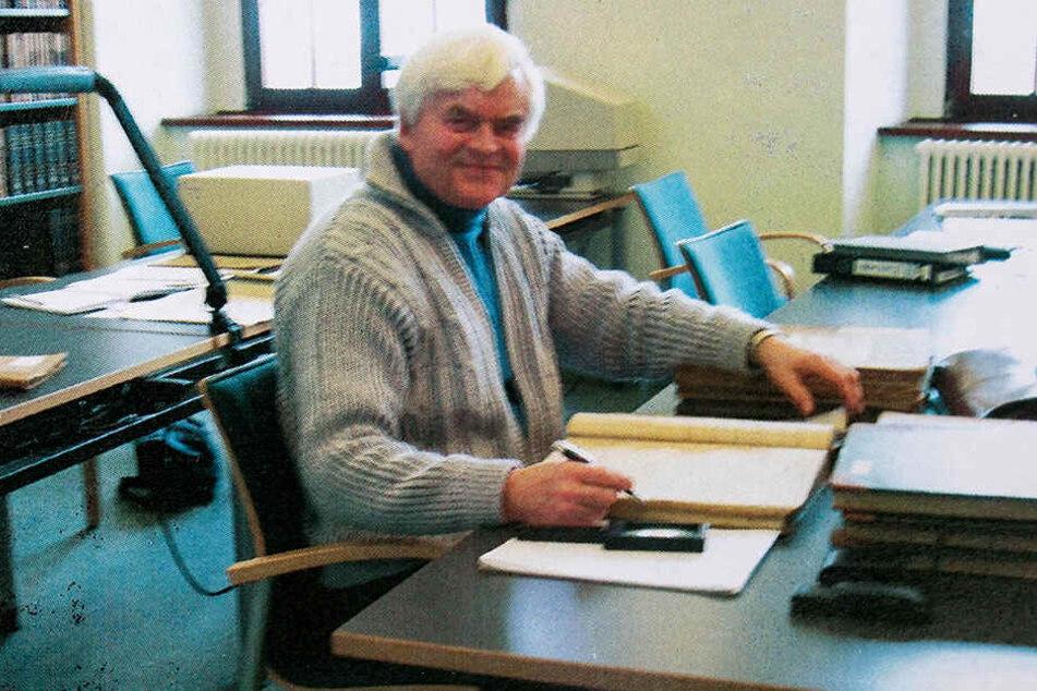 Ortschronist Roland Trojovsky (75) versucht seit Jahren, dem Hohwald-Geheimnis auf die Spur zu kommen. Besuche in Archiven gehören zu seiner Recherche dazu.