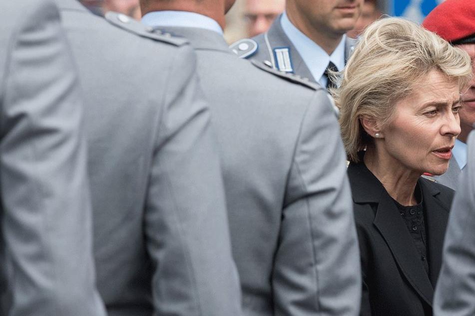 Ursula von der Leyen (58) bei einer anderen Beerdigung von Bundeswehr-Soldaten.