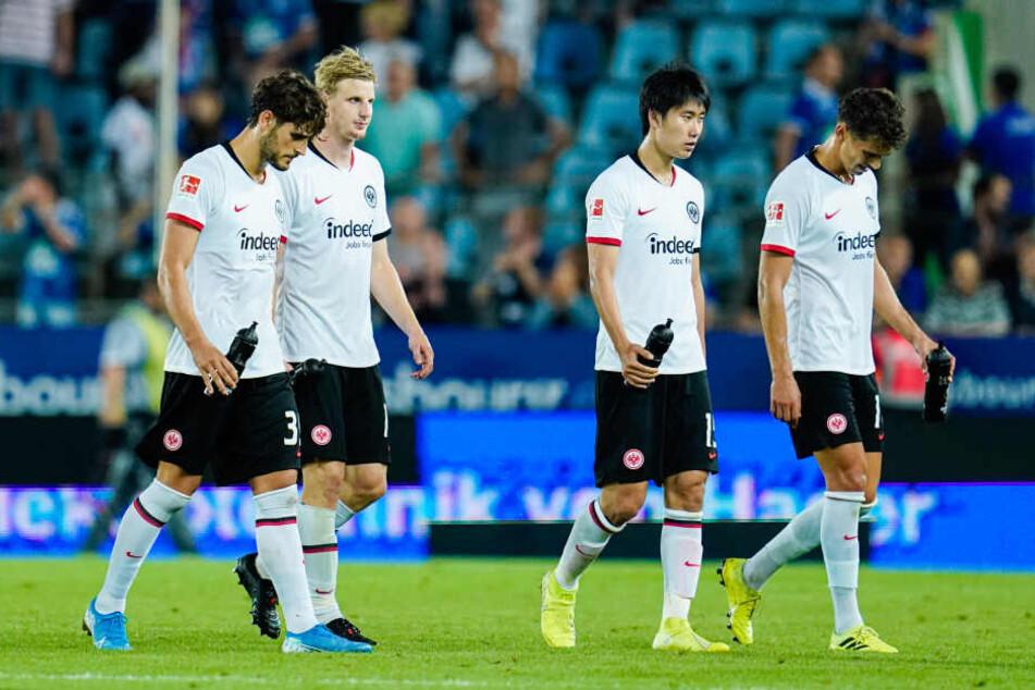 Hängende Köpfe bei den Kickern der Eintracht nach der Europa-League-Playoff-Niederlage in Straßburg.