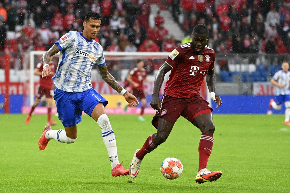Neuzugang Dayot Upamecano (22, r.) hatte sich bei der Partie gegen Hertha BSC am Wochenende verletzt.