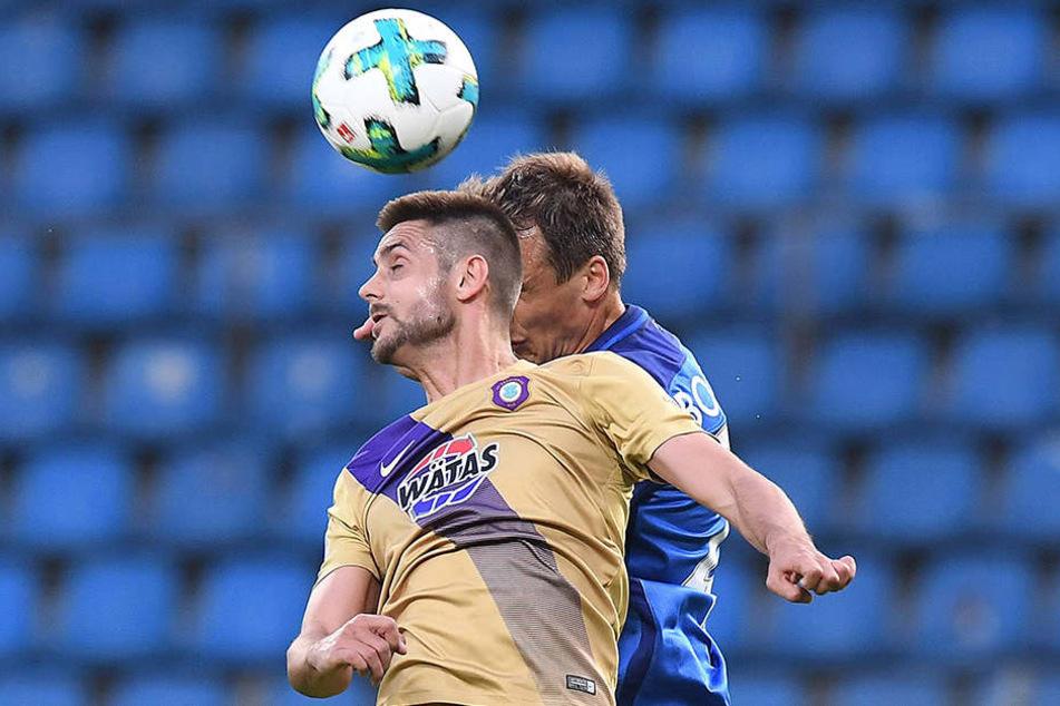 Szene aus dem bislang letzen Spiel zwischen Aue und Bochum im April beim VfL: Dimitrij Nazarov (vorn) beim Kopfballduell mit Robert Tesche.