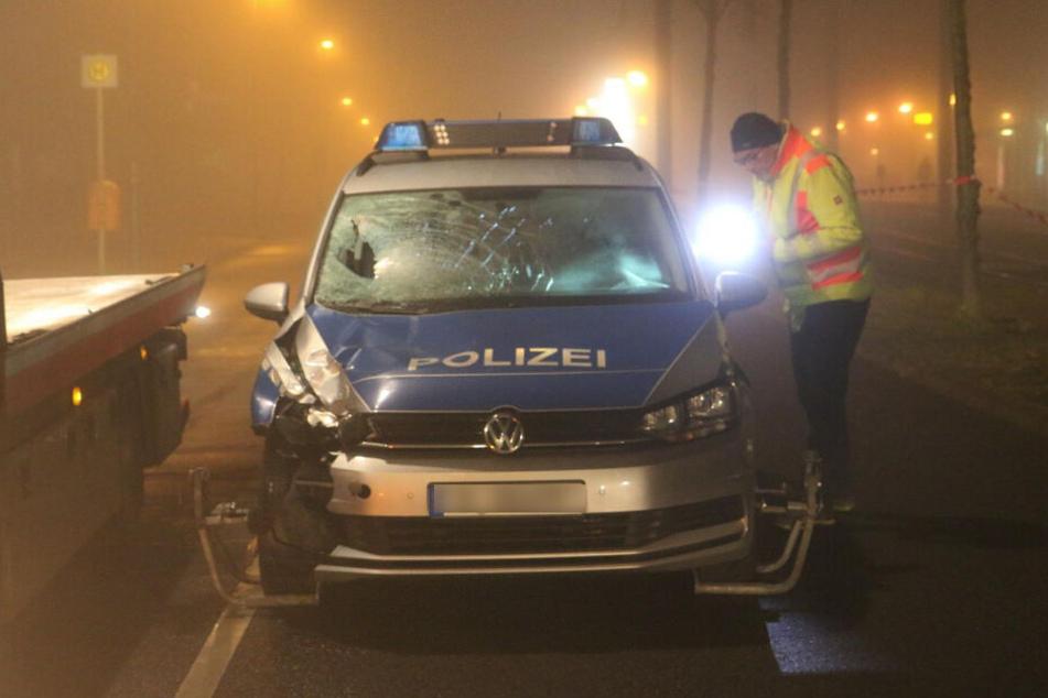 Ein Polizeiauto hat am Freitagabend in Berlin-Marzahn einen Fußgänger erfasst.