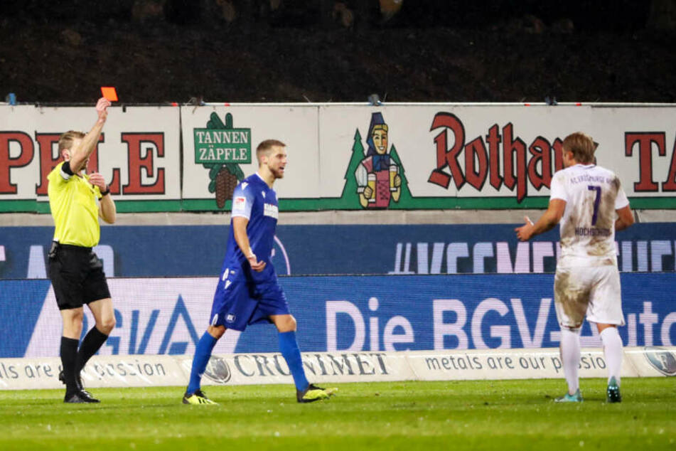 Gesperrt! Wegen dieses Roten Kartons, gezeigt von Schiri Sven Waschitzki (l.) im Spiel beim Karlsruher SC, fehlt Jan Hochscheidt (r.) den Auern auch in Bochum.