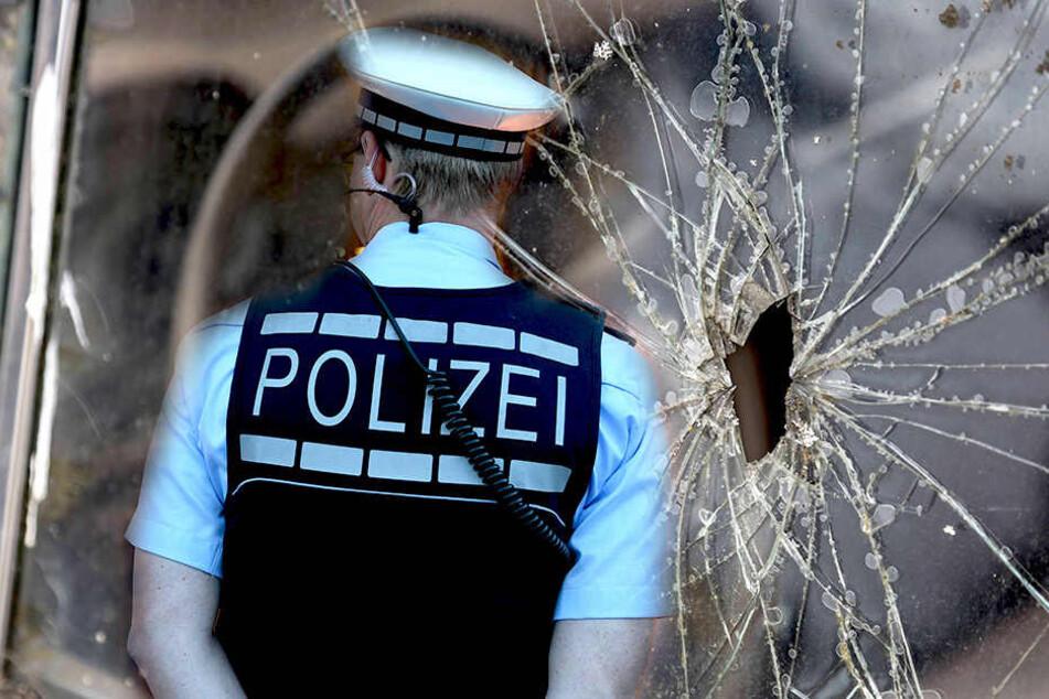 Die Polizei ermittelt wegen gefährlicher Körperverletzung nach Schüssen auf ein Fahrzeug. Die Beifahrerscheibe ging zu Bruch.