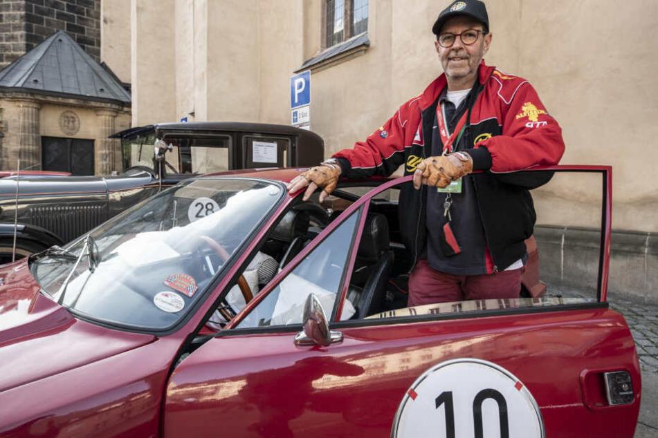 Ralph Kunz (60) aus Radeberg mit seinem Alfa Romeo Oldtimer.