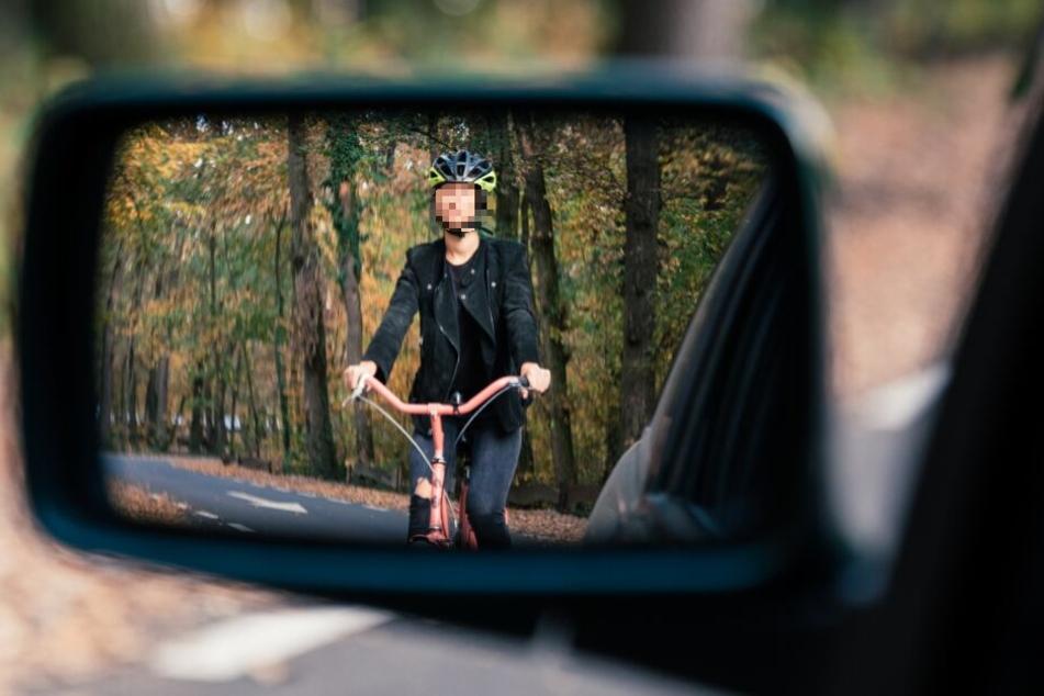 Um einem Roller auf der Gegenfahrbahn auszuweichen, fuhr der Autofahrer kurzerhand über den Radweg. (Symbolbild)