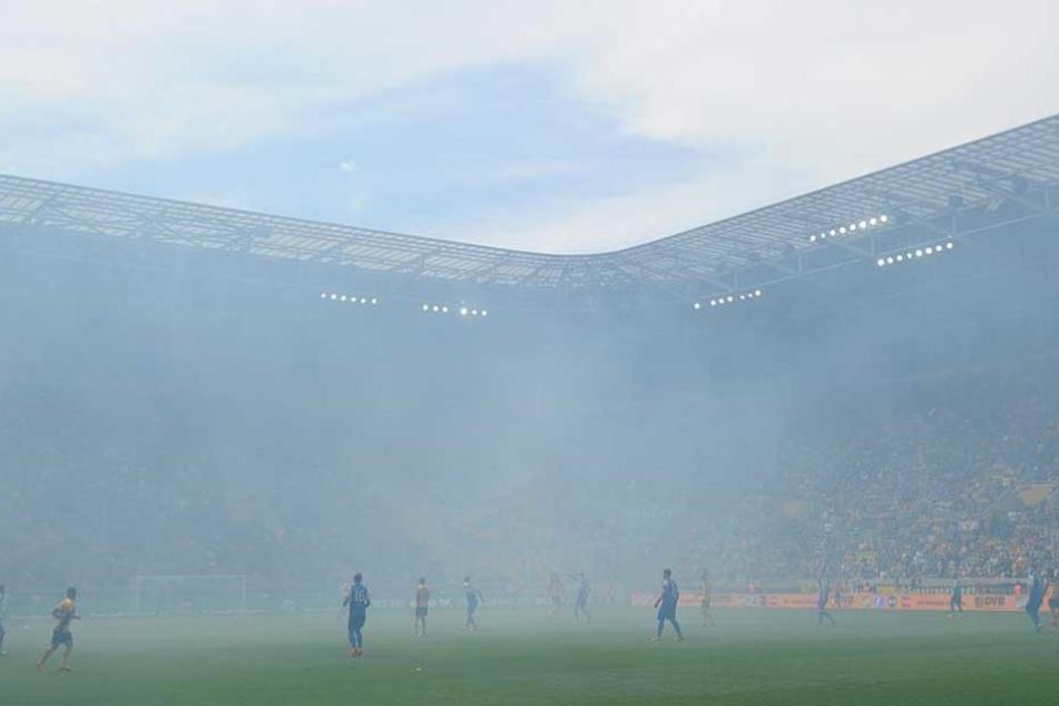 Da verlor Dynamo offenbar den Durchblick. In der zweiten Halbzeit wurde im K-Block Pyrotechnik abgefackelt, der Rauch vernebelte das Stadion. Schiri Felix Zwayer unterbrach die Partie. Für Dynamo dürfte das mal wieder teuer werden.