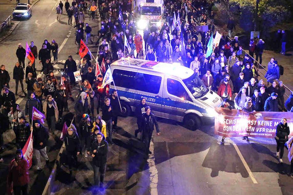 Auf dem Dammtorwall demonstrieren zahlreiche Gegendemonstranten.