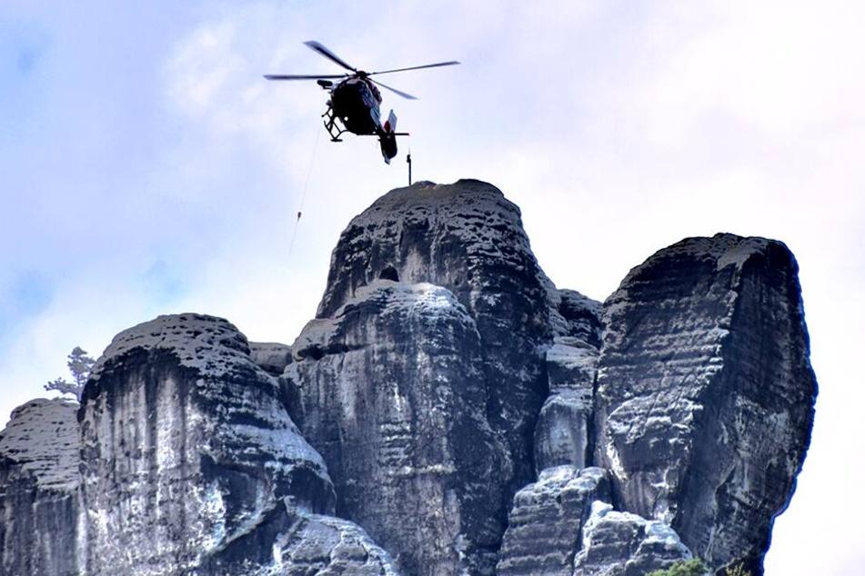 Der verunglückte Kletterer wird mit einem Hubschrauber geborgen.