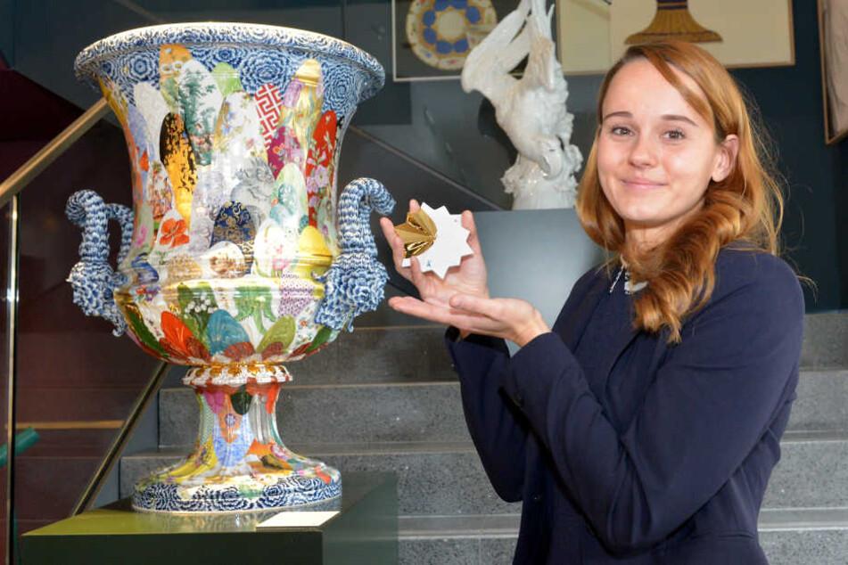 Stefanie Georgi (29) zeigt das preiswerteste und das teuerste Objekt im neuen Meissen-Store: Einen Stern und die große Kratervase.