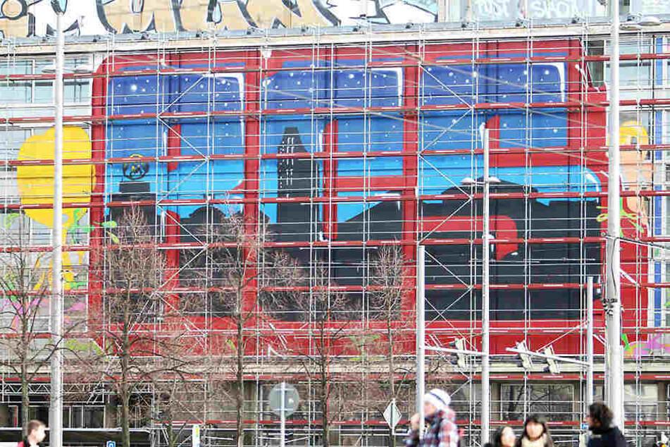 Ein riesiger Schriftzug an der Fassade der Alten Hauptpost am Augustusplatz.