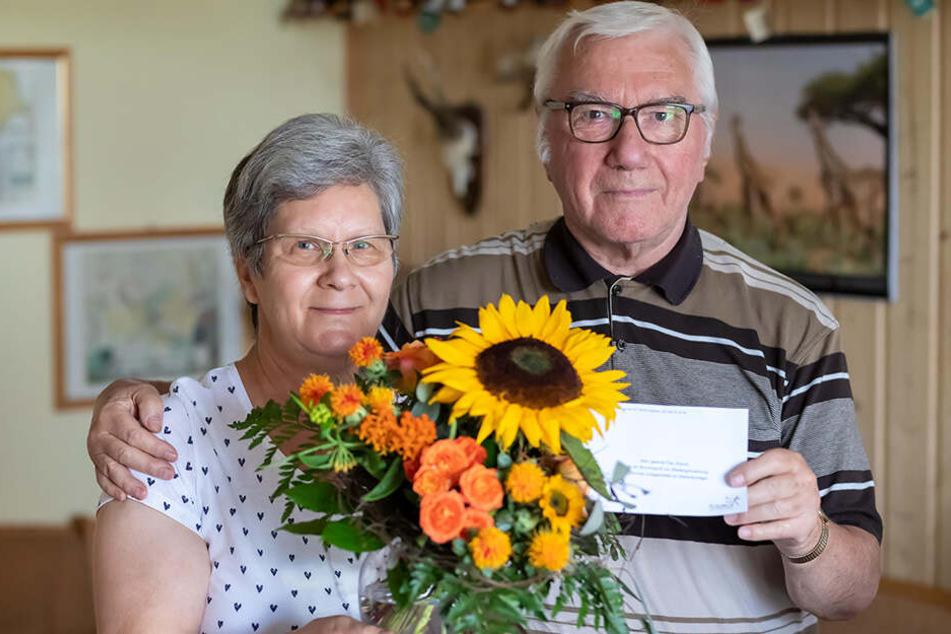Da können sie wieder lachen: Die Rentenversicherung entschuldigte sich bei Almut und Werner Klemm mit Blumen.