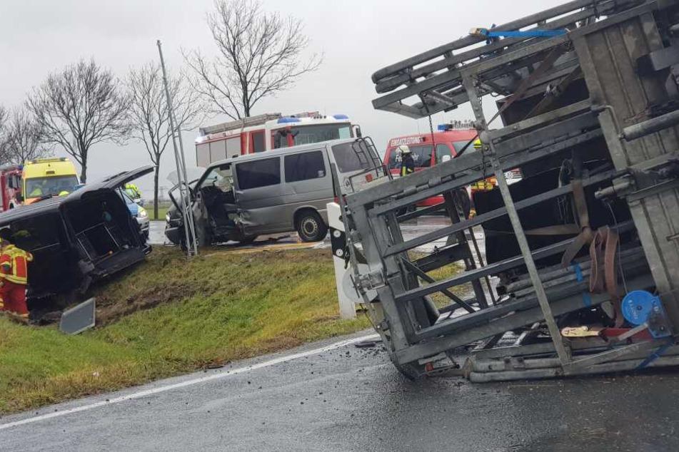 Heftiger Abbiege-Unfall auf der B6 in Nordsachsen: Vier teils Schwerverletzte
