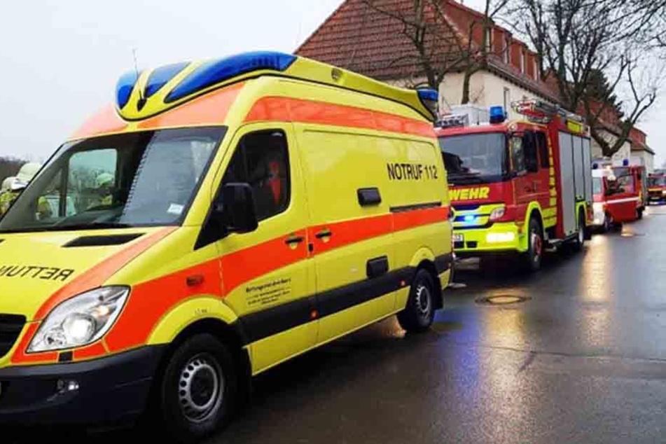 Mit mehreren Einsatzwagen rückte die Feuerwehr nach Kulkwitz aus.
