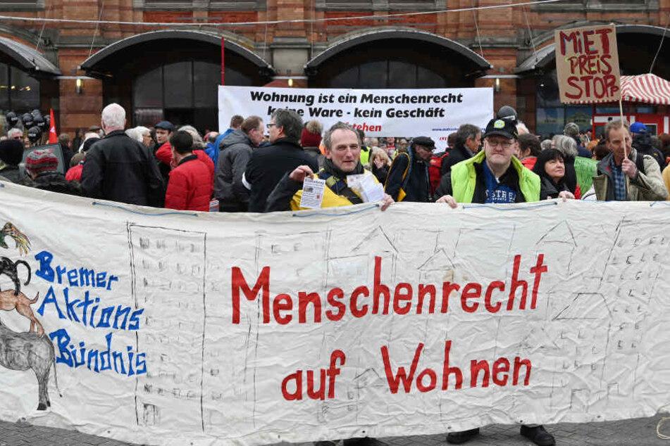 Zahlreiche Menschen demonstrieren vor dem Bahnhofsvorplatz mit Transparenten.