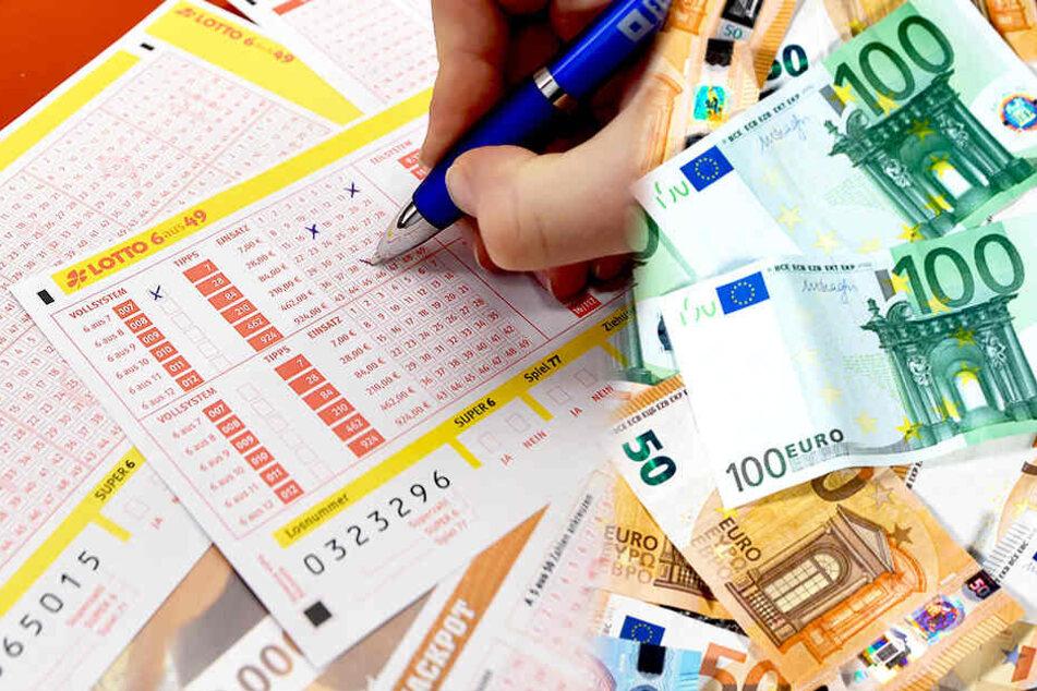 Weil er genau die richtigen Zahlen ankreuzte, gewann ein Dresdner einen siebenstelligen Betrag, der ihm nun direkt auf sein Konto überwiesen wird. (Symbolbild).