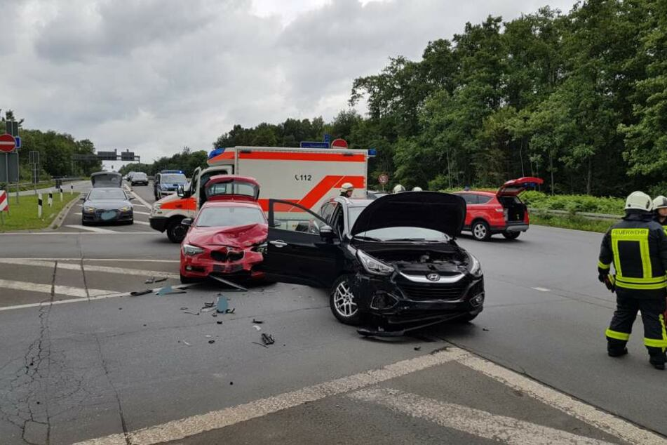 Zwei Autos krachten bei dem Unfall ineinander.