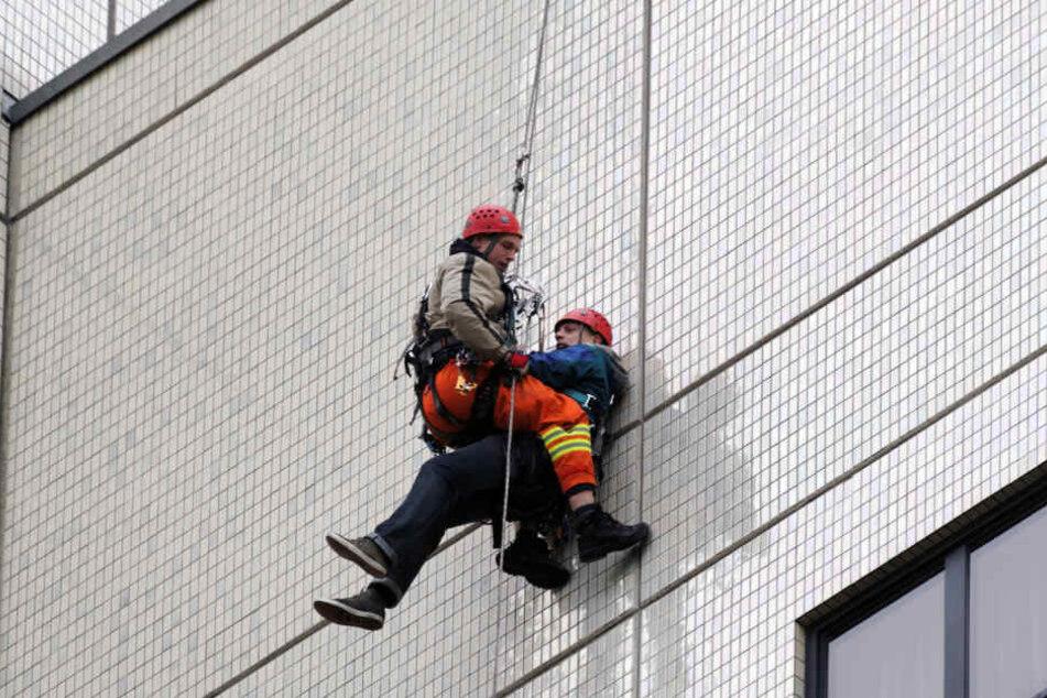Höhenretter, hier bei einer Übung, bargen den leblosen Schlosser aus 16 Metern Höhe. Leider war er bereits tot.
