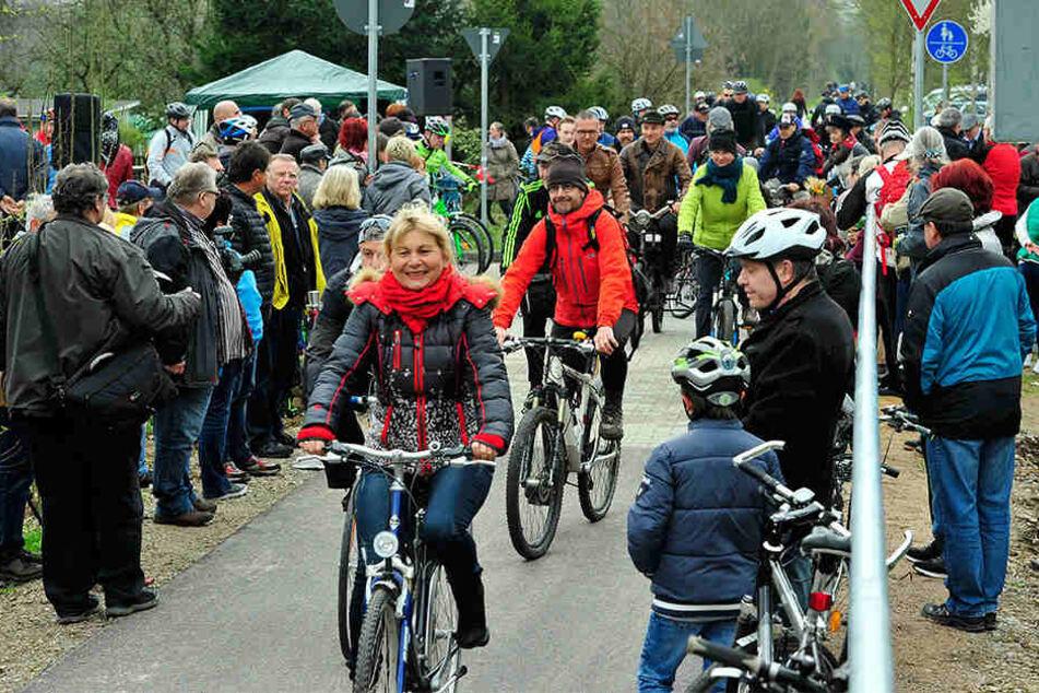 Mit einem Programm ist die Freigabe gefeiert worden. Helmut Arnold war mit  seinem Hochrad der erste, der den Radweg befuhr.