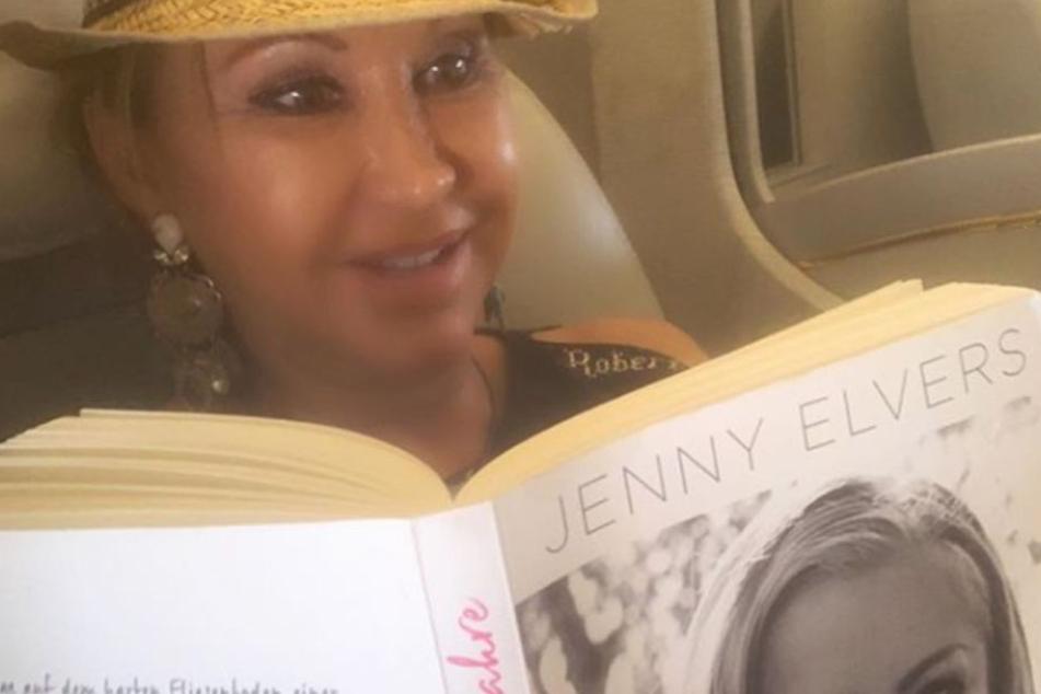Carmen Geiss hat auf dem Rückflug aus dem Urlaub die Autobiografie von Jenny Elvers verschlungen.