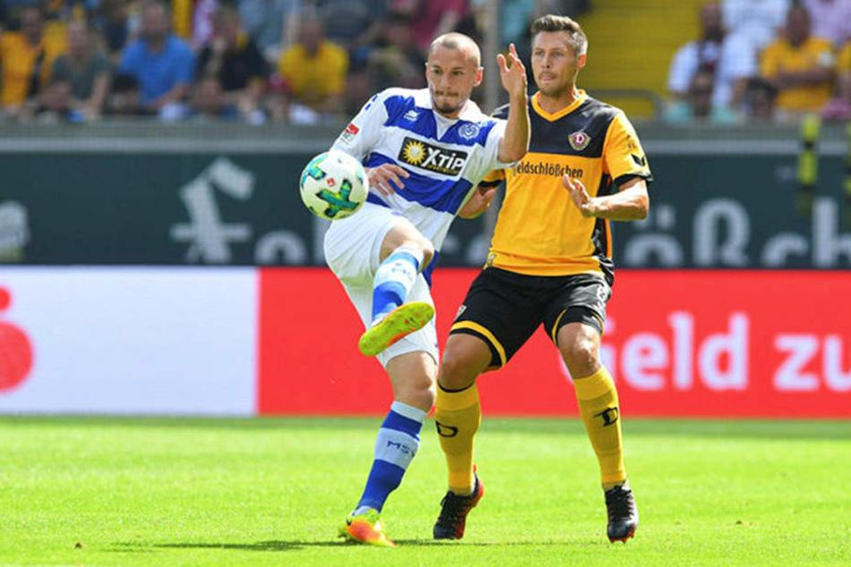 Sören Gonther (r.) hat mit den sozialen Netzwerken nichts am Hut. Er konzentriert sich lieber auf Fußball - hier gegen Duisburgs Simon Brandstetter.