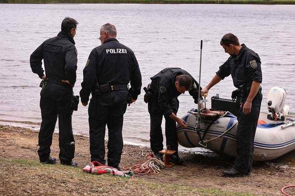 Einsatzkräfte der Polizei am Ufer des Dippelsdorfer Sees. Taucher fanden die Leiche des Mannes an der Oberfläche treibend.