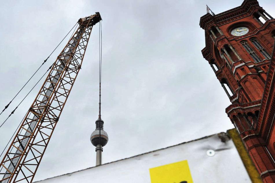 Ein Kran steht am am Roten Rathaus auf der Baustelle für die U5.