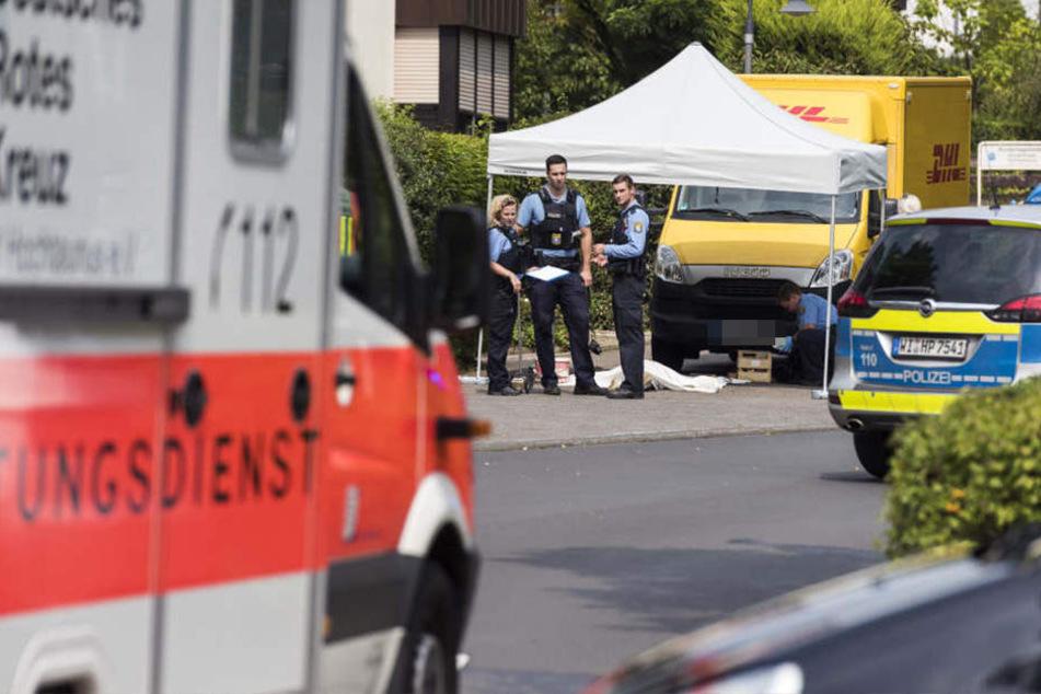 Der DHL-Fahrer übersah die Rentnerin und fuhrt sie um.