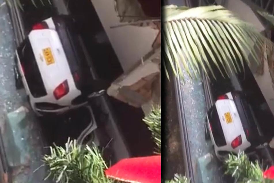 Auto stürzt auf Rolltreppe in Einkaufszentrum