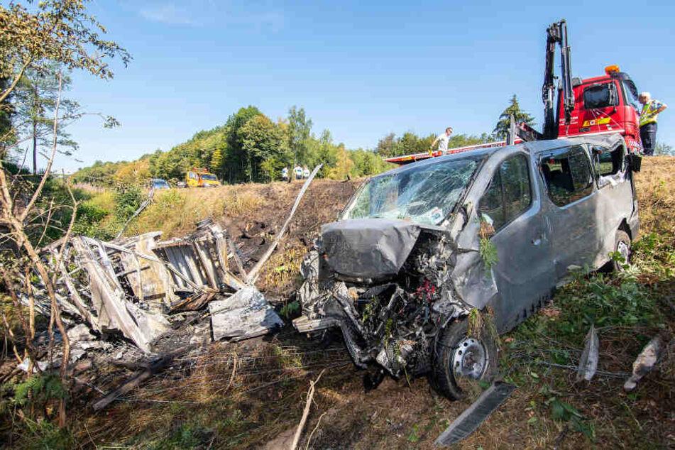 Bei dem Unfall wurden drei Menschen schwer verletzt.