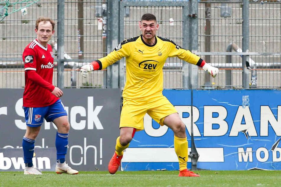 Keeper Johannes Brinkies jubelt, nachdem er einen Elfmeter gehalten hat.