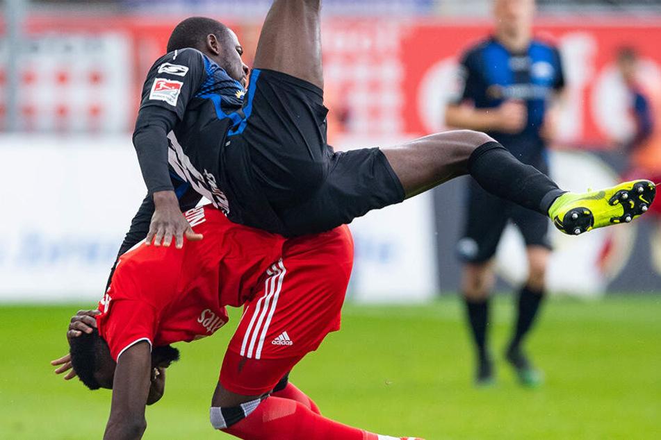 Paderborns Jamilu Collins (oben) und Hamburgs Khaled Narey kämpfen um den Ball.