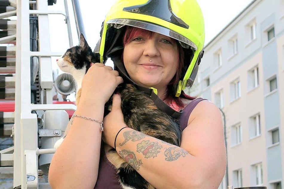 Glückliches Ende: Nadine Lehmann hält ihre Miez nach der gelungenen Rettungsaktion durch die Feuerwehr wieder in den Armen.