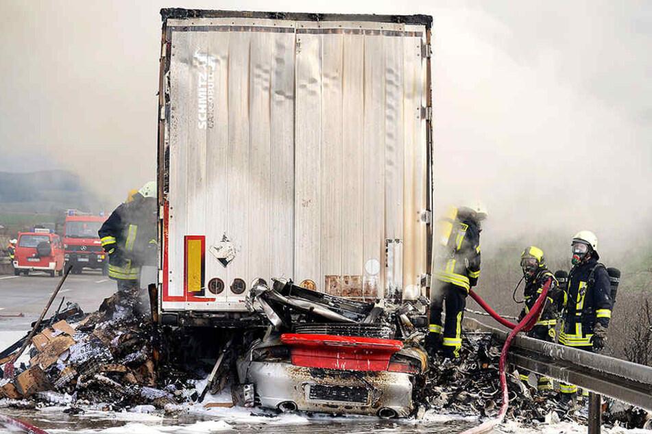 Ein Porsche-Fahrer kam in den Flammen ums Leben.