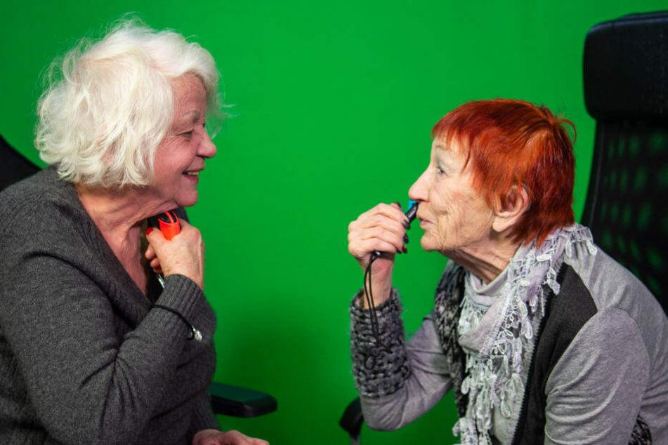 Evelyn Gundlach (r) und Ursula Cezanne (l) spielen in einem Berliner Studio an der Nintendo Switch ein Videospiel, bei dem man sich mit dem Controller rasieren muss.