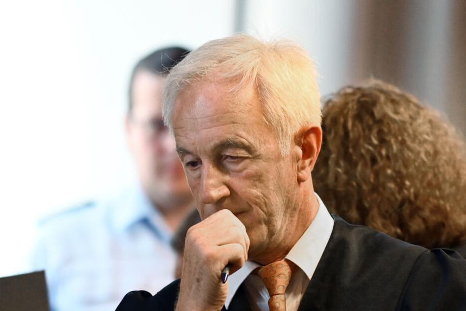 Jörg Ritzel, Verteidiger des Hauptangeklagten, steht vor dem Prozessbeginn in einem Gerichtssaal im Landgericht. (Archivbild)
