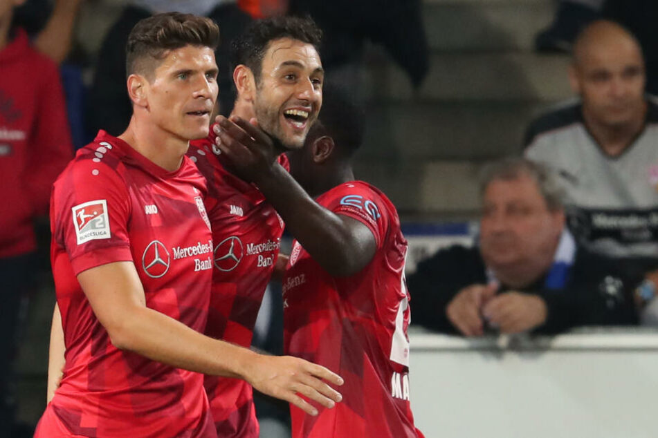 Einfach nur glücklich: Der Torschütze Hamadi Al Ghaddioui (M) aus Stuttgart feiert seinen Treffer zum 0:1 mit Mario Gomez (l), und Orel Mangala (r).