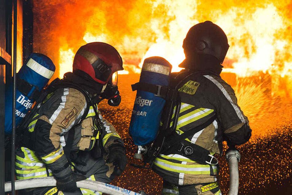 Der Fahrer, sowie sein Auto standen in Flammen. (Symbolbild)