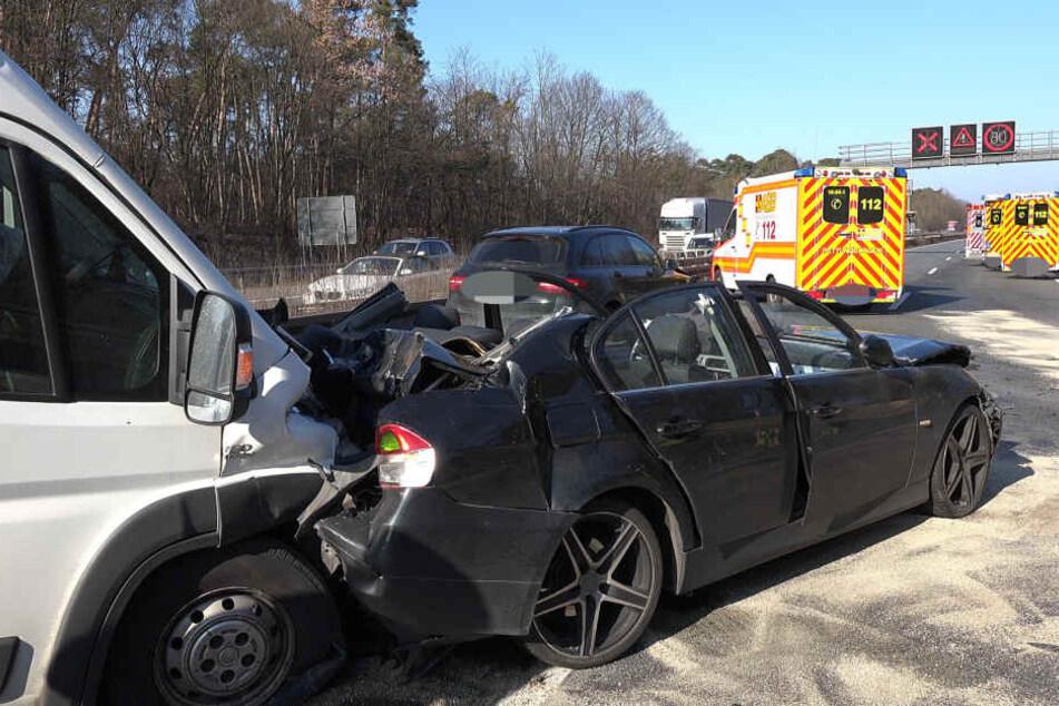 Der heftige Unfall verursachte eine einstündige Vollsperrung der Autobahn.