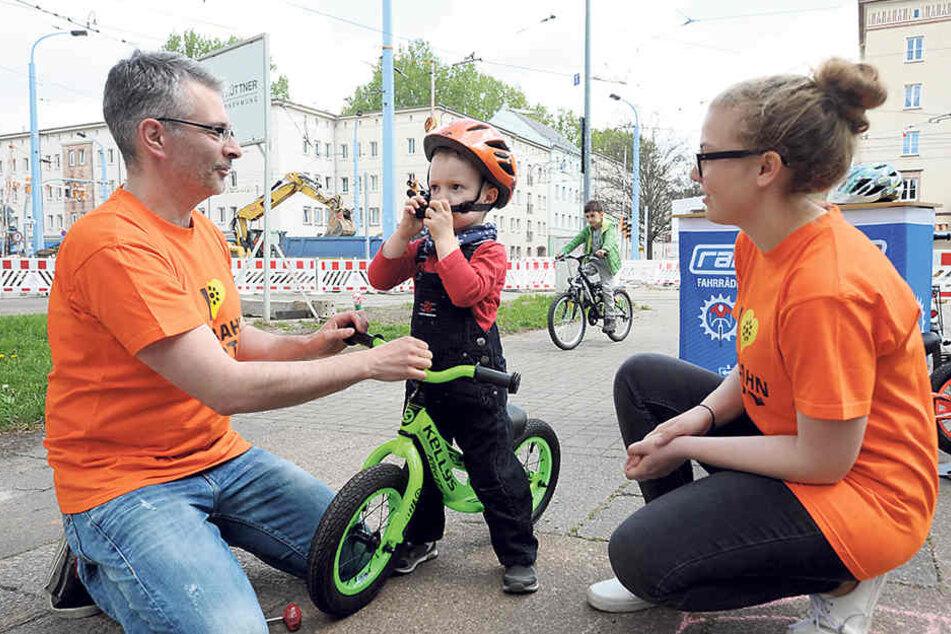 """Na, sitzt der Helm? Das Team von """"Radschlag"""" hatte einen Knirps-Fahrradparcours aufgebaut."""