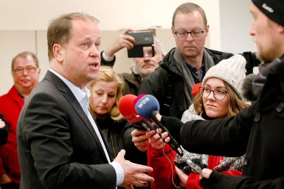 Joachim Stamp (l., FDP) beim Besuch der Essener Tafel im Gespräch mit Journalisten