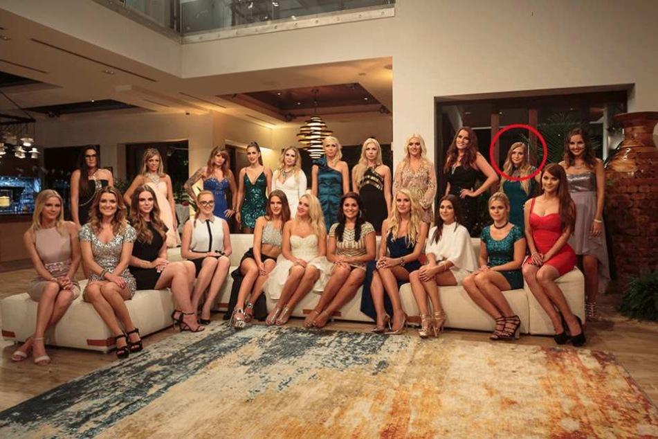 Caroline (Kreis) umgeben von ihren 21 Konkurrentinnen.
