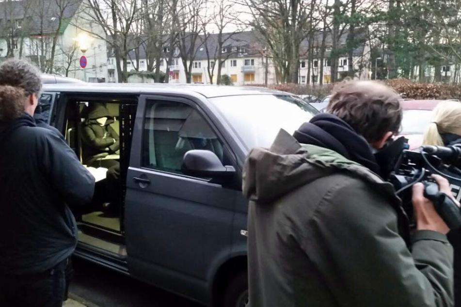 Polizisten verhaften während einer Razzia in Berlin eine Person.