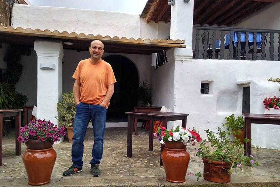 Vicent Tur, Maître im Restaurant Can Berri Vell, steht vor der Villa, in der das Ibiza-Video gefilmt wurde.