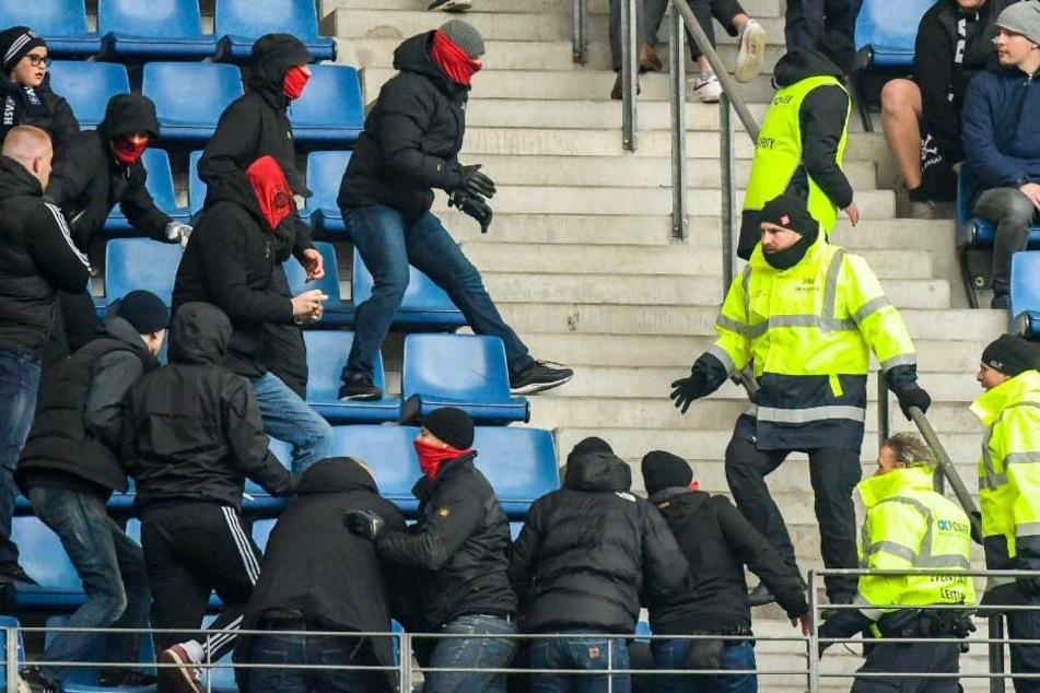 Sicherheitskräfte versuchen St. Pauli-Fans am Verlassen des Gästeblocks zu hindern.